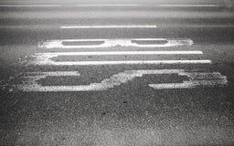 Ярлык текста шины на городской дороге асфальта Стоковое фото RF