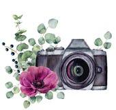 Ярлык фото акварели с цветком и евкалиптом ветреницы Вручите вычерченную камеру фото с флористическим дизайном изолированную на б иллюстрация штока