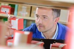 Ярлык чтения конторского работника на складе Стоковые Изображения