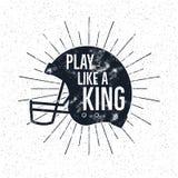 Ярлык шлема американского футбола ретро с вдохновляющим текстом цитаты - сыграйте как король Винтажный дизайн оформления, grunge Стоковая Фотография RF