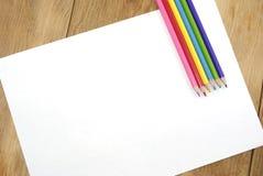 Ясная белая бумага с цветастыми карандашами Стоковое фото RF