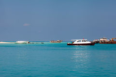 Ясная вода Мальдивов океана под голубым небом Стоковое Изображение RF
