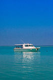 Ясная вода Мальдивов океана под голубым небом Стоковые Фото