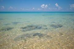 Ясная, голубая вода океана на острове Rong Sanloem Koh, Камбодже Стоковое Фото