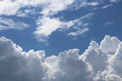 Ясное голубое небо с кумулюсом и облаками цирруса солнечная погода радостное настроение Высокое давление Экологичность чистого во Стоковые Фото