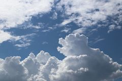 Ясное голубое небо с кумулюсом и облаками цирруса солнечная погода радостное настроение Высокое давление Экологичность чистого во Стоковые Изображения RF