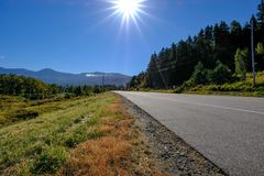 Ясное голубое небо увиденное на пустом шоссе на канадской границе США стоковая фотография