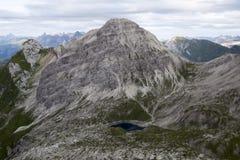 Ясное голубое озеро гор от расстояния стоковые изображения rf