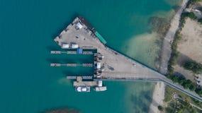 Ясное голубое море порта Phangan Koh международного от взгляд сверху Стоковые Изображения RF