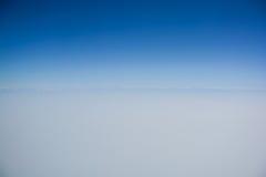 Ясное голубое небо с линией горизонта стоковые изображения rf