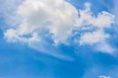 Ясное голубое небо с пасмурным как обои предпосылки, пастельные обои неба Стоковое Изображение