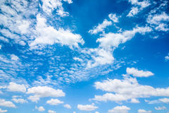 Ясное голубое небо с пасмурным как обои предпосылки, пастельные обои неба Стоковые Изображения RF