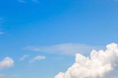 Ясное голубое небо с пасмурным как обои предпосылки, пастельные обои неба Стоковое Изображение RF