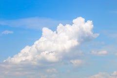 Ясное голубое небо с пасмурным как обои предпосылки, пастельные обои неба Стоковая Фотография RF