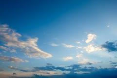 Ясное голубое небо с пасмурным как обои предпосылки, пастельные обои неба Стоковые Изображения