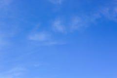 Ясное голубое небо с пасмурным как обои предпосылки, пастельные обои неба Стоковые Фотографии RF
