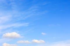 Ясное голубое небо с пасмурным как обои предпосылки, пастельные обои неба Стоковая Фотография