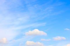 Ясное голубое небо с пасмурным как обои предпосылки, пастельные обои неба Стоковое Фото
