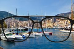 Ясное изображение в стеклах против расплывчатого ландшафта Стоковые Изображения RF