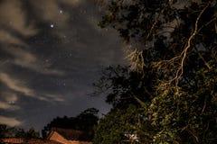 Ясное ночное небо в Teresopolis, Рио-де-Жанейро, Бразилии Стоковые Изображения RF