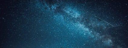 Ясное ночное небо с млечным путем Стоковые Фото