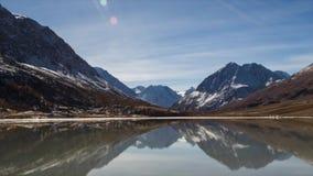 Ясное озеро между высокими горами с milky тенью Солнечный день, осень Зона Altai акции видеоматериалы
