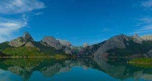 Ясное отражение Riano, Испания Стоковая Фотография