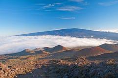 ясность заволакивает гаваиские небеса гор стоковые изображения rf
