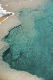 Ясность, aqua, вода горячего источника в национальном парке Йеллоустона, Wyom стоковые фотографии rf