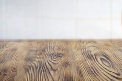 Ясность Emty постарела коричневый деревянный стол для размещения продукта Таблица Kithen деревенская сельская для еды Cblurred бе стоковые изображения