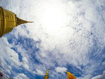 Ясно и красивое открытое небо с золотой пагодой от Золотой Горы, Бангкока, Таиланда стоковые фотографии rf