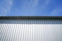 Ясно красивое голубое небо с металлическим листом стоковое фото