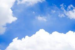 Ясно красивое голубое небо с уникальным облаком стоковое изображение rf