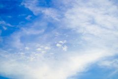 Ясно красивое голубое небо с уникальным облаком стоковое фото