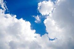 Ясно красивое голубое небо с уникальным облаком стоковое фото rf