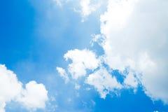 Ясно красивое голубое небо с уникальным облаком стоковая фотография
