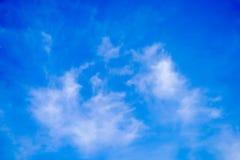 Ясно красивое голубое небо с уникальным облаком стоковые изображения