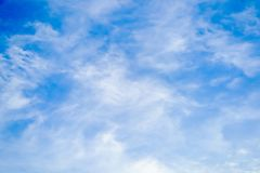 Ясно красивое голубое небо с уникальным облаком стоковые фото