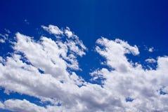 Ясные голубые небеса с заплатами белизны заволакивают Стоковая Фотография
