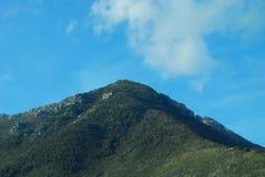 Ясные голубые небеса над верхней частью горы в Италии Стоковая Фотография