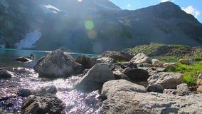Ясные подачи потока горы, красивое steadicam пейзажа озера акции видеоматериалы