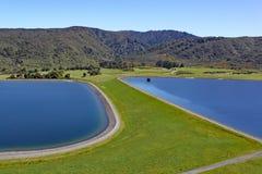 Ясный голубой резервуар установил в холмы в северном острове, Новой Зеландии стоковые фотографии rf
