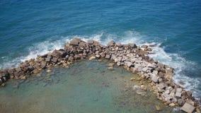 Ясный залив открытого моря в Сорренто Круг утесов акции видеоматериалы