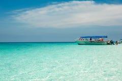 Ясный океан Мальдивы мочит под голубым небом с шлюпкой Стоковые Фотографии RF