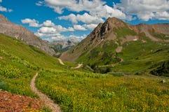 Ясный путь вниз с горной тропы Стоковая Фотография