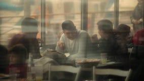 ЯФФА, ИЗРАИЛЬ - 9-ОЕ ФЕВРАЛЯ 2015: Старый порт удя гавани в городе на компании морского побережья берега друзей имея обедающий сток-видео
