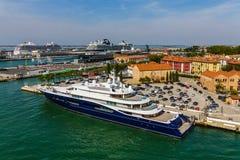 Яхта в Венеции с туристическими суднами в предпосылке Стоковые Фотографии RF
