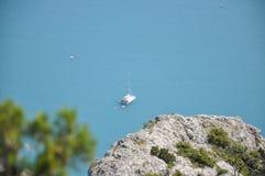 Яхта в голубом океане Стоковая Фотография