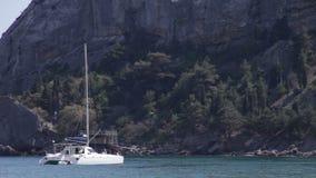 Яхта в заливе около скалы сток-видео