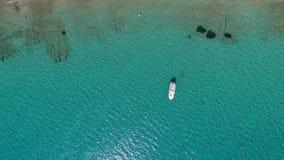 Яхта в красивом море сток-видео